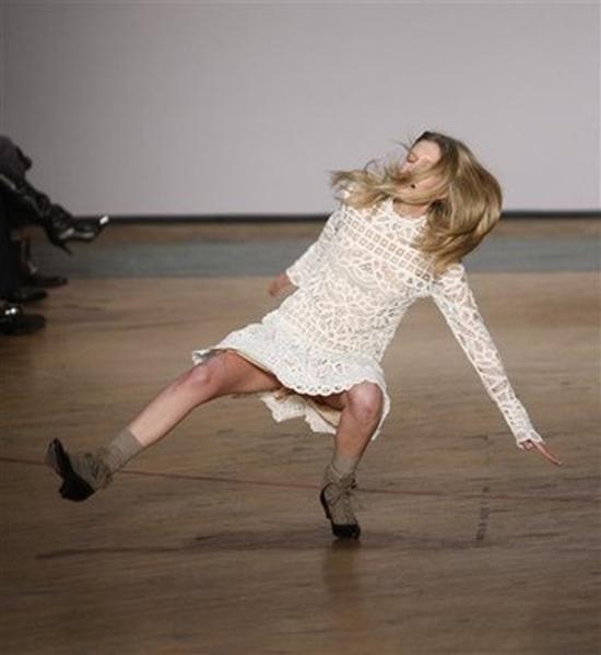 Modelki zawsze poważnie starają się kroczyć po wybiegu. Jednak obserwatorzy najczęściej czekają na rozwój akcji...
