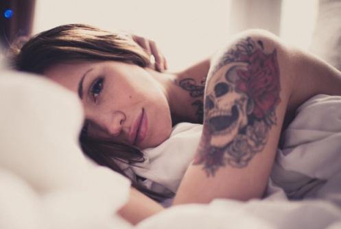 Tatuaże Z Czaszką Kobieca Wersja Mrocznego Tattoo Z Kwiecistymi Wzorami