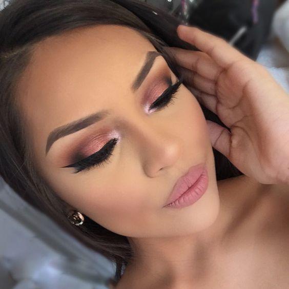Delikatny Makijaż Oczu Pudrowy Róż Jest W Modzie