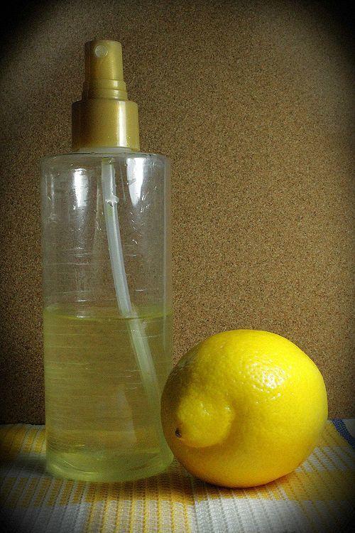 Cytryna rozjaśnia włosy dając efekt letniego słońca. Wcieramy sok z cytryny we włosy na 15- 20 minut przed umyciem. Uzyskany efekt jest bardzo naturalny a do tego nie niszczy włosów!