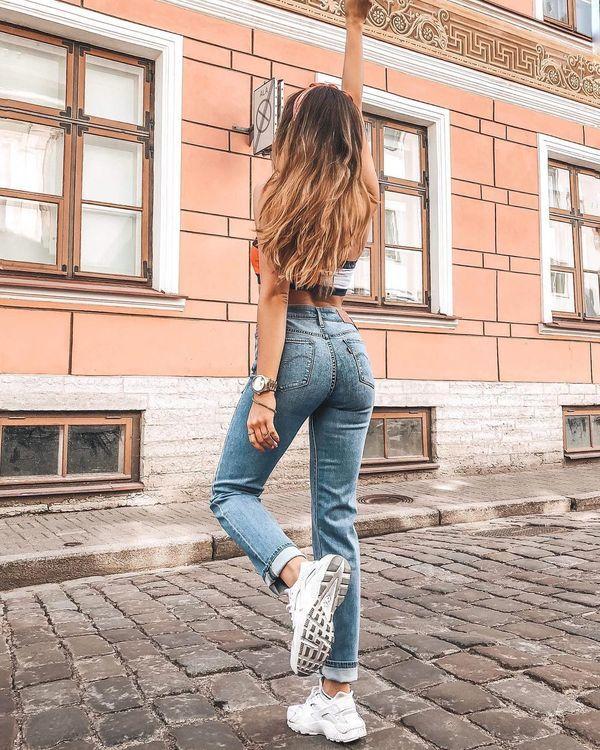 1. Jeansy z wysokim stanem: Fanki denimowych biodrówek w sezonie wiosna-lato 2019 muszą niestety pożegnać się ulubionym modelem spodni. Ten fason to aktualnie modowe faux pas, dlatego warto rozejrzeć się za jeansami, których stan stylowo pnie sie w górę, fantastycznie podkreślając walory kobiecej sylwetki.