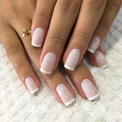 French manicure to ponadczasowa i bardzo uniwersalna metoda zdobienia paznokci, która nigdy nie wyjdzie z mody. Co prawda w praktyce niewiele ma ona wspólnego ze stylem Francuzek, ale i tak pokochały ją miliony kobiet na całym świecie.
