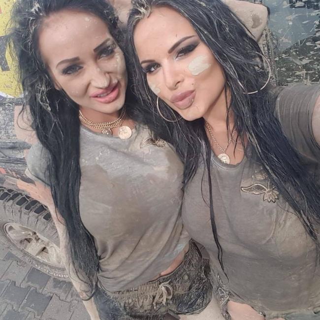 Siostry całe umorusane w błocie pozują na planie nowego reality show