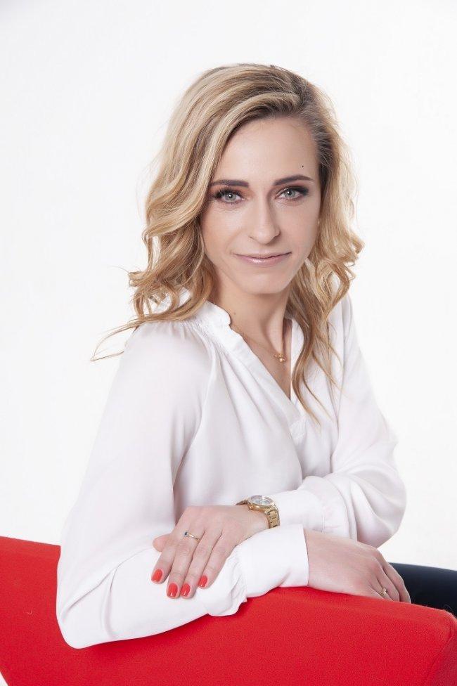 Anna Lohmann – wizażystka, kosmetyczka i linergistka związana z rynkiem beauty od prawie 20 lat. Na swoim koncie ma przeprowadzenie setek szkoleń, prezentacji i wykładów podczas wydarzeń branżowych