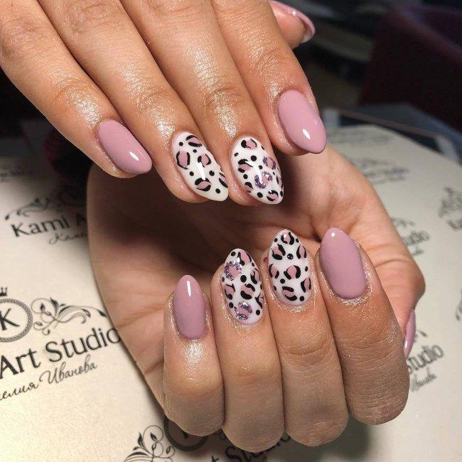 Zasada nr 1. Naturalność. Panterkowy wzór na paznokciach dobrze wygląda w połączeniu z klasycznymi kolorami, na jakich występuję panterka, czyli beżami, brązami, czernią.